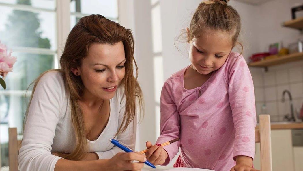 Une mère fait l'école à la maison à sa fille