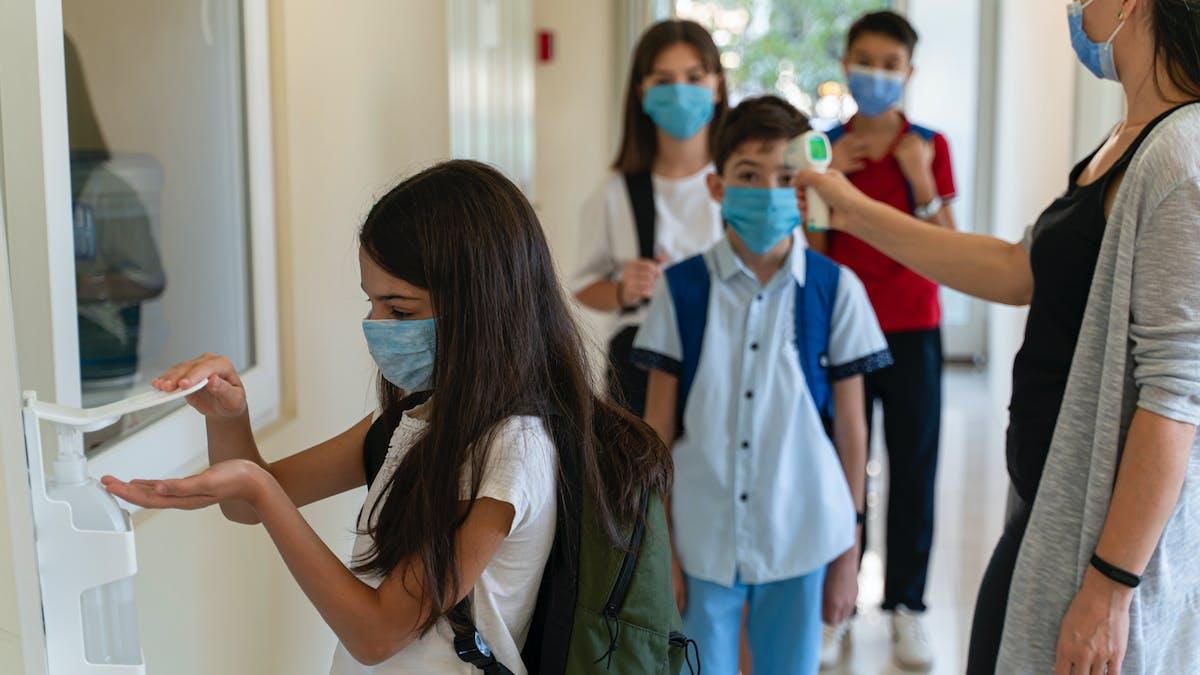 enfants avec masques