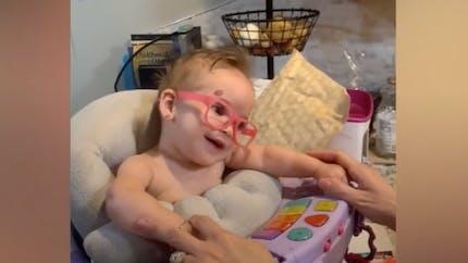 La réaction émouvante de ce bébé qui voit sa famille pour la première fois