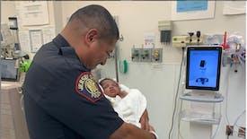 Un homme jette un bébé d'un mois par la fenêtre, un policier le rattrape in extremis