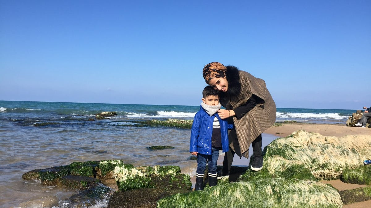 mère et fils au bord de la mer