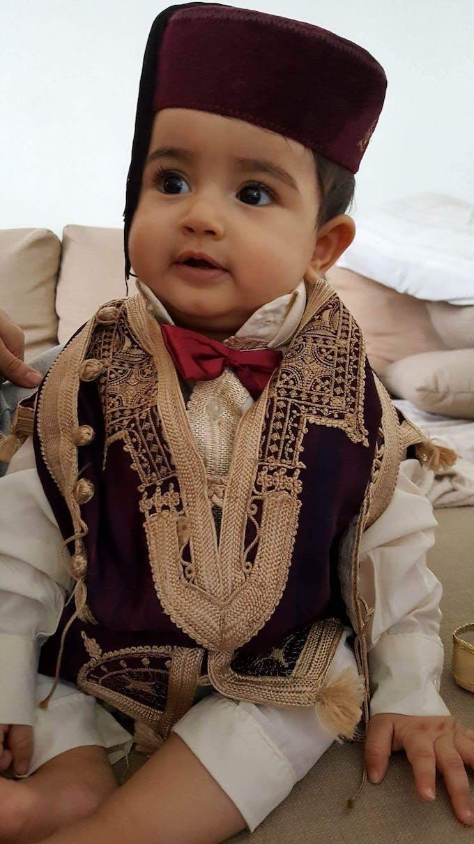 petit garçon en costume tunisien