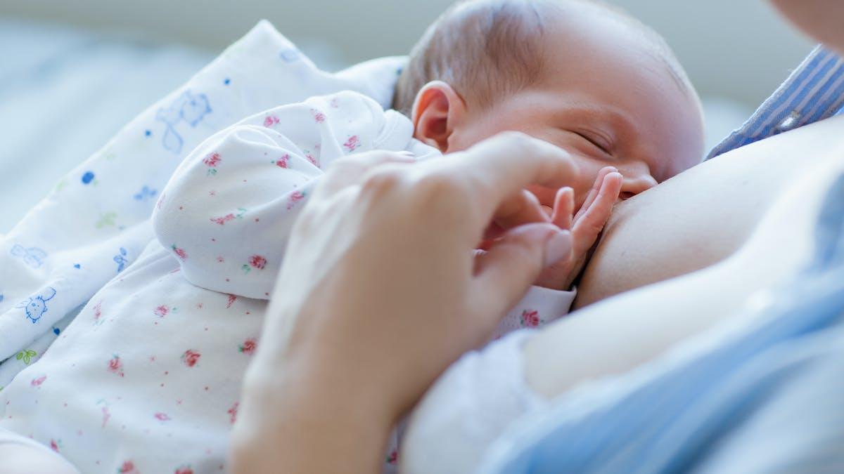 bébé tétant au sein