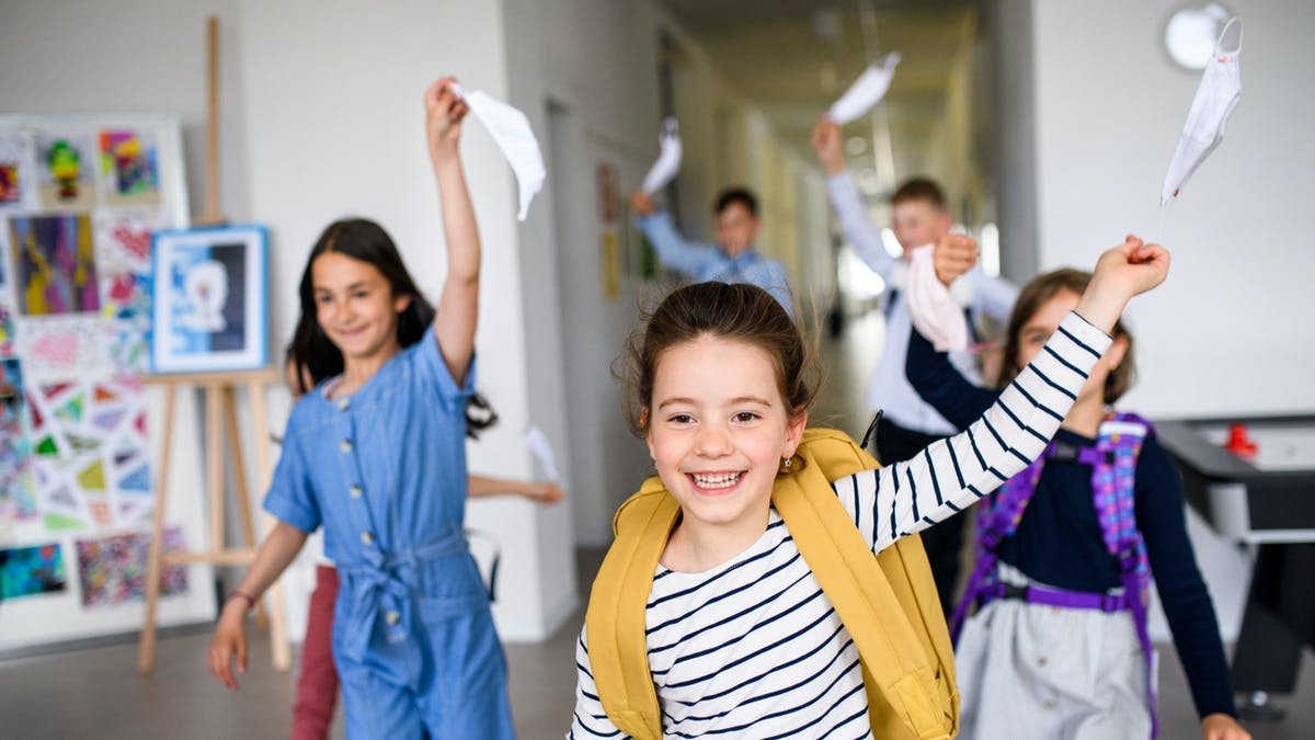 élèves retirant leur masque à l'école
