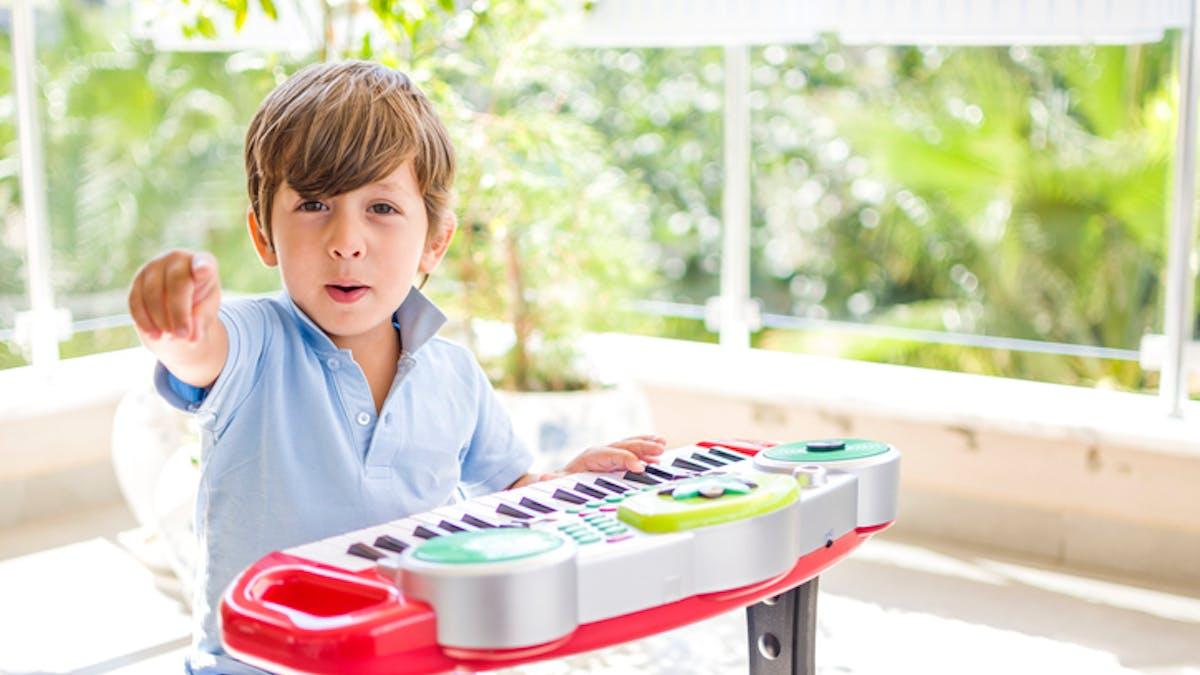 garçon jouant d'un instrument de musique