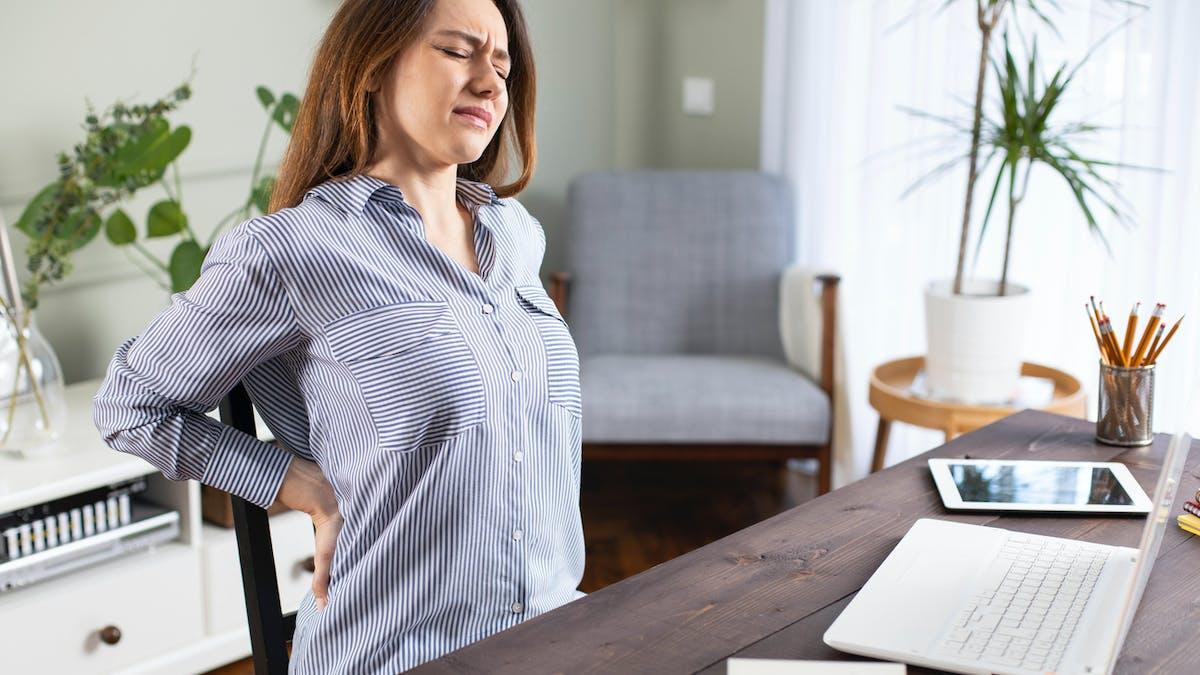 Femme ayant mal au dos, se tenant les reins