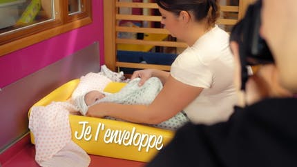 Comment donner un bain enveloppé à votre bébé ? (vidéo)