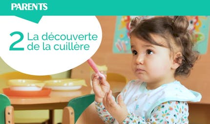 Apprendre à bébé à manger tout seul