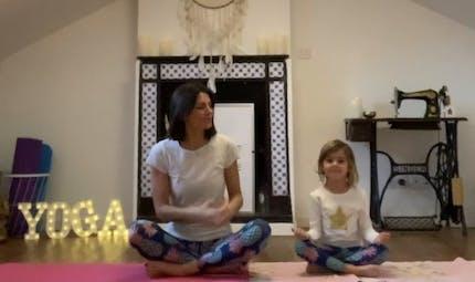 Ma routine Yoga « parent-enfant » : 3 exercices pour se réconcilier avec le sommeil