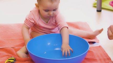 Comment on éveille bébé à ses premiers jeux d'eau (vidéo)