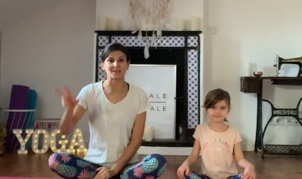 Ma routine Yoga « parent-enfant » : 3 exercices à faire avec votre enfant pour l'aider à vaincre sa timidité
